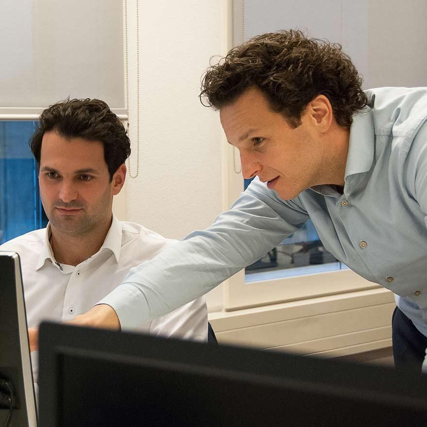Aart en Jeroen achter een computer