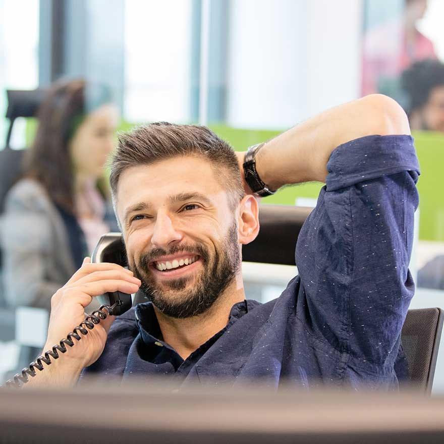 Man op kantoor aan het telefoneren