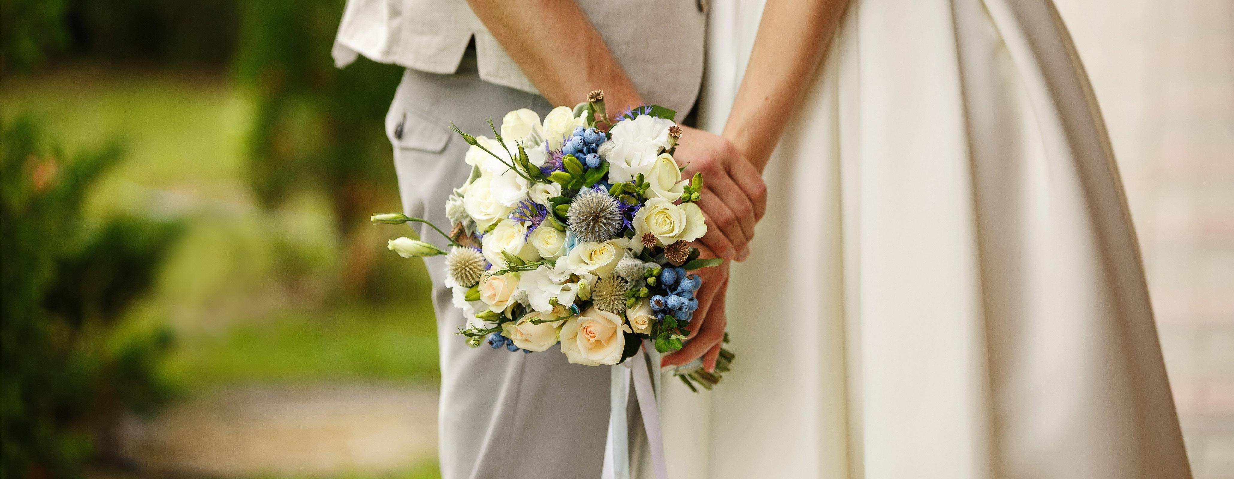 Bruidspaar met bloemen