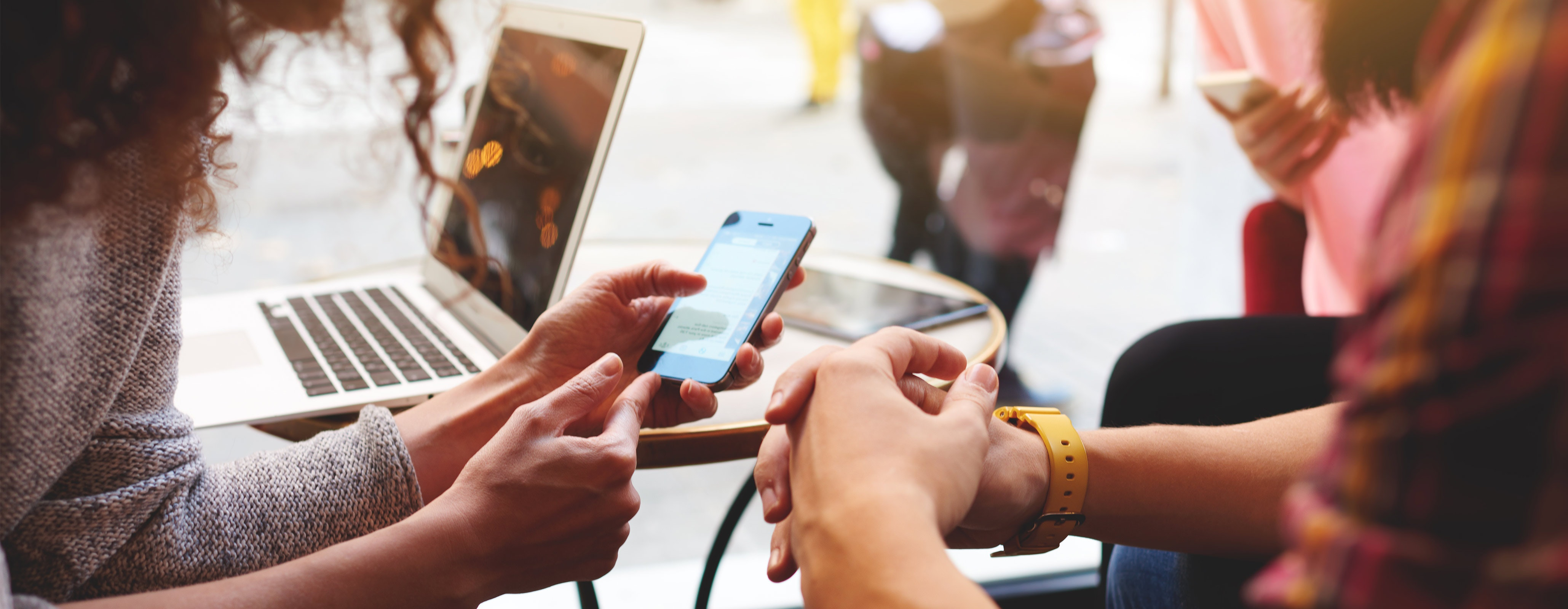 Groep mensen met mobiele telefoon