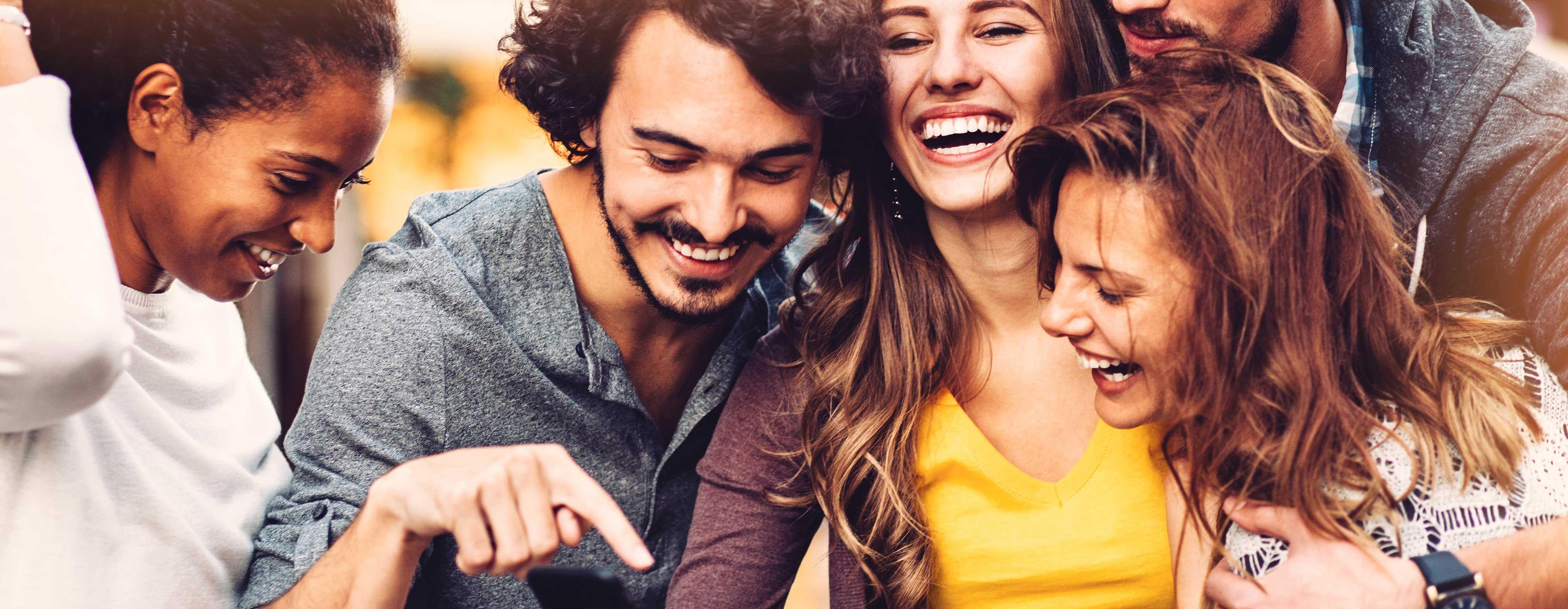 Vriendengroep op vakantie op mobiel