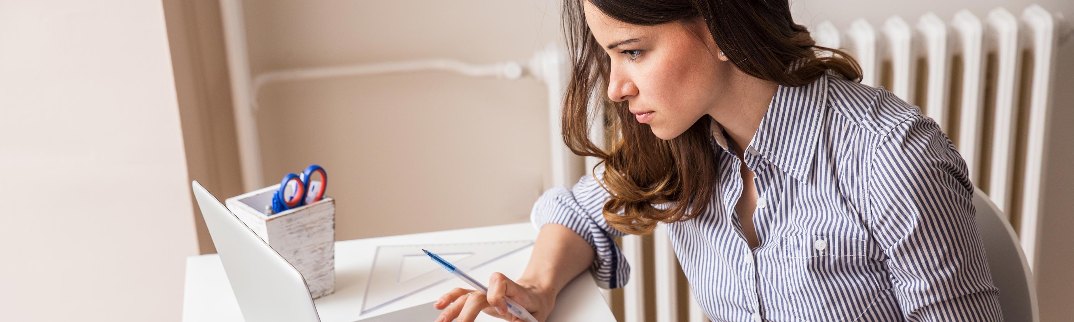 Vrouw achter laptop, die beleggingszaken regelt