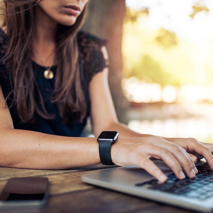 Vrouw achter laptop