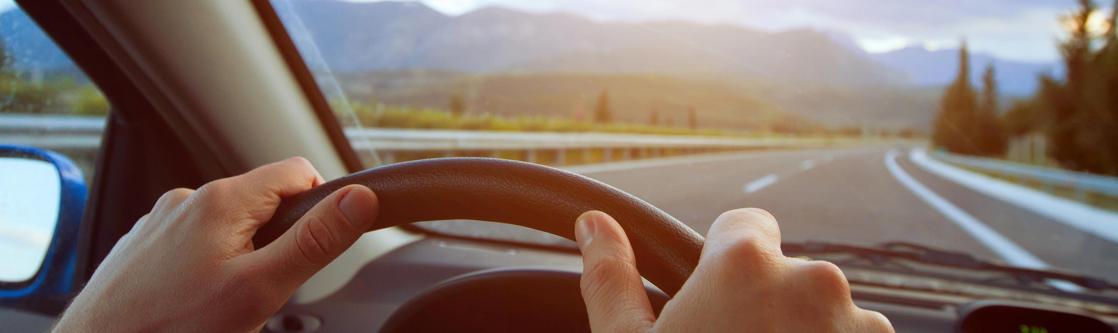 Handen aan het stuur auto