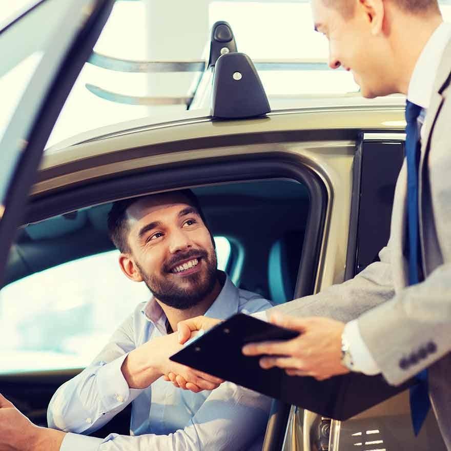 Man koopt een auto