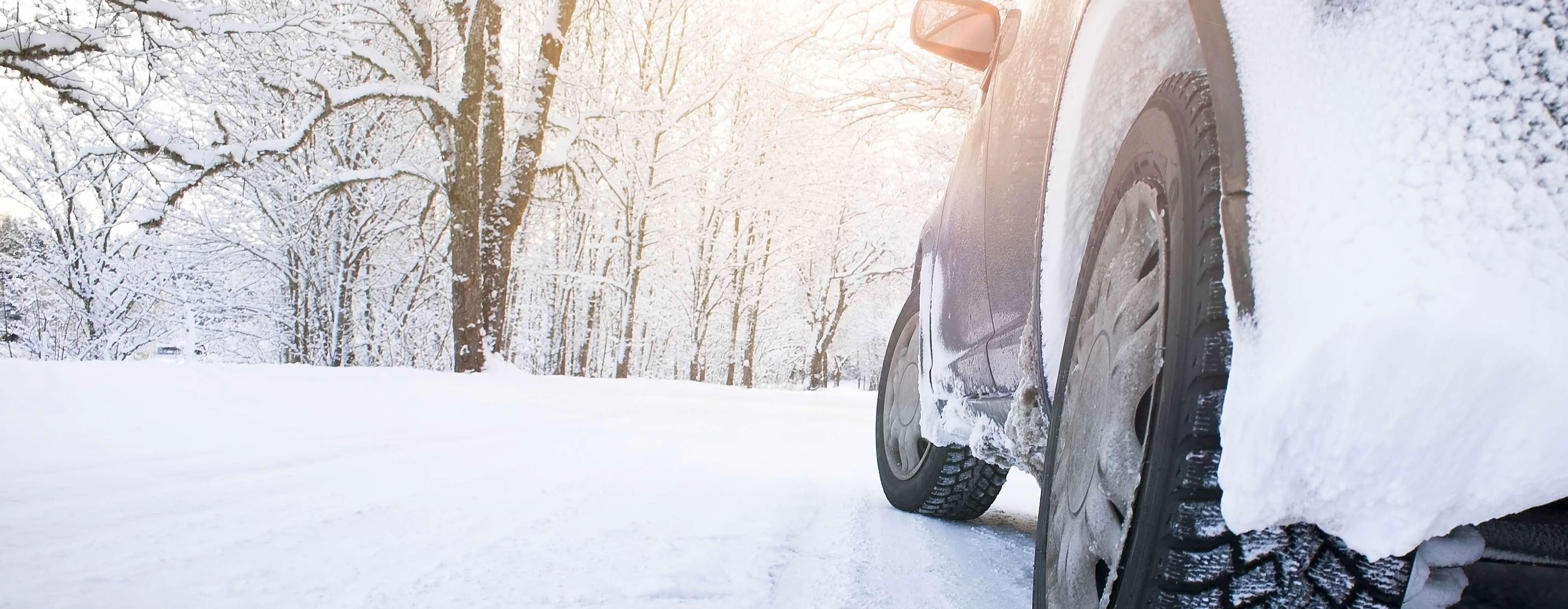 Auto op besneeuwde weg