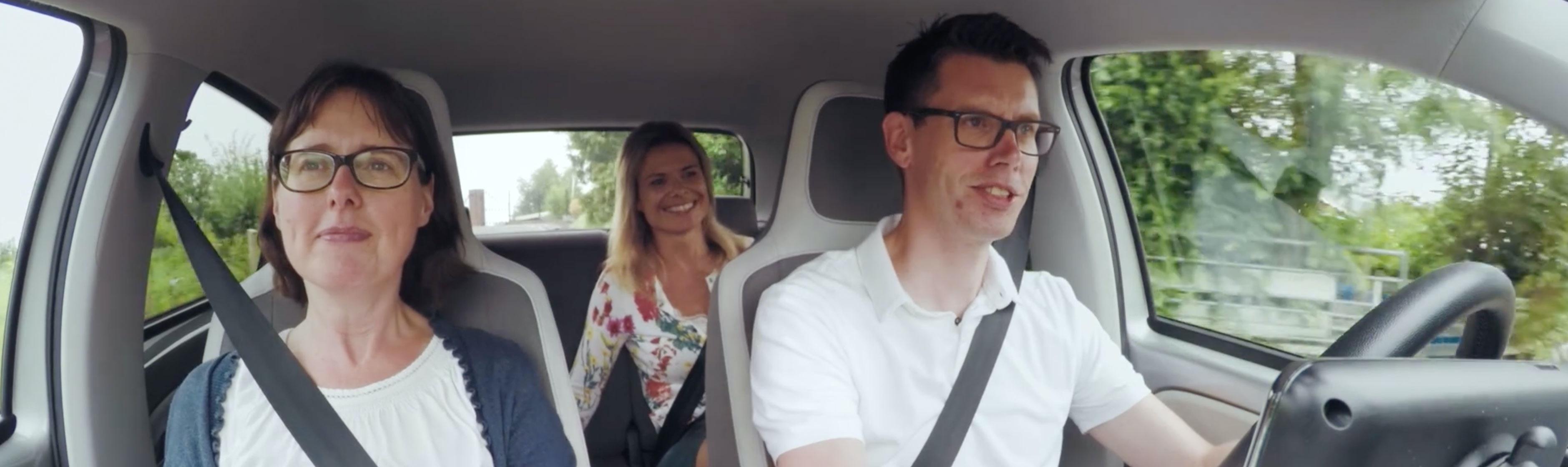 Bob, Annika en Odiel in de auto