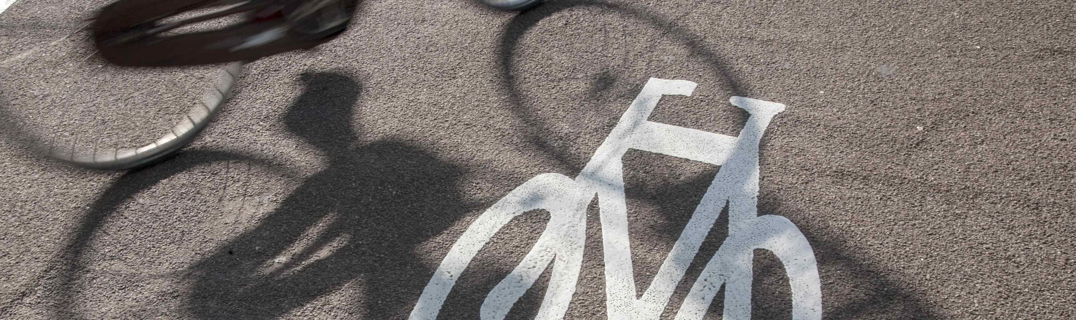 Schaduw fietsers op fietspad