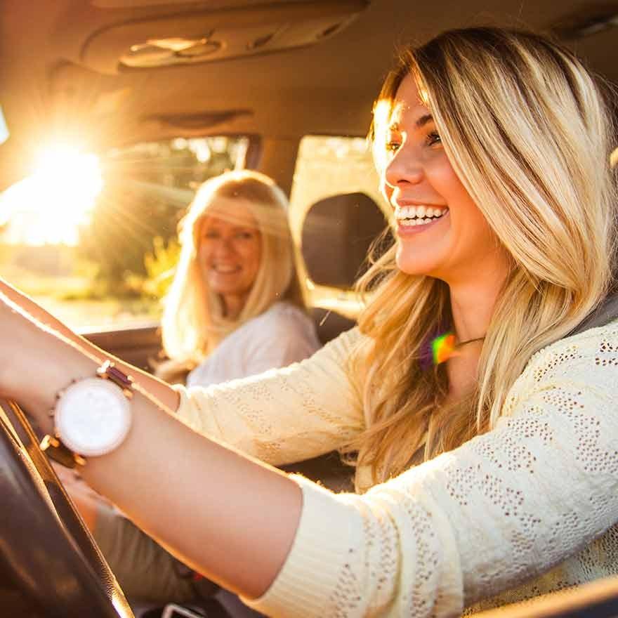 Vriendinnen in auto