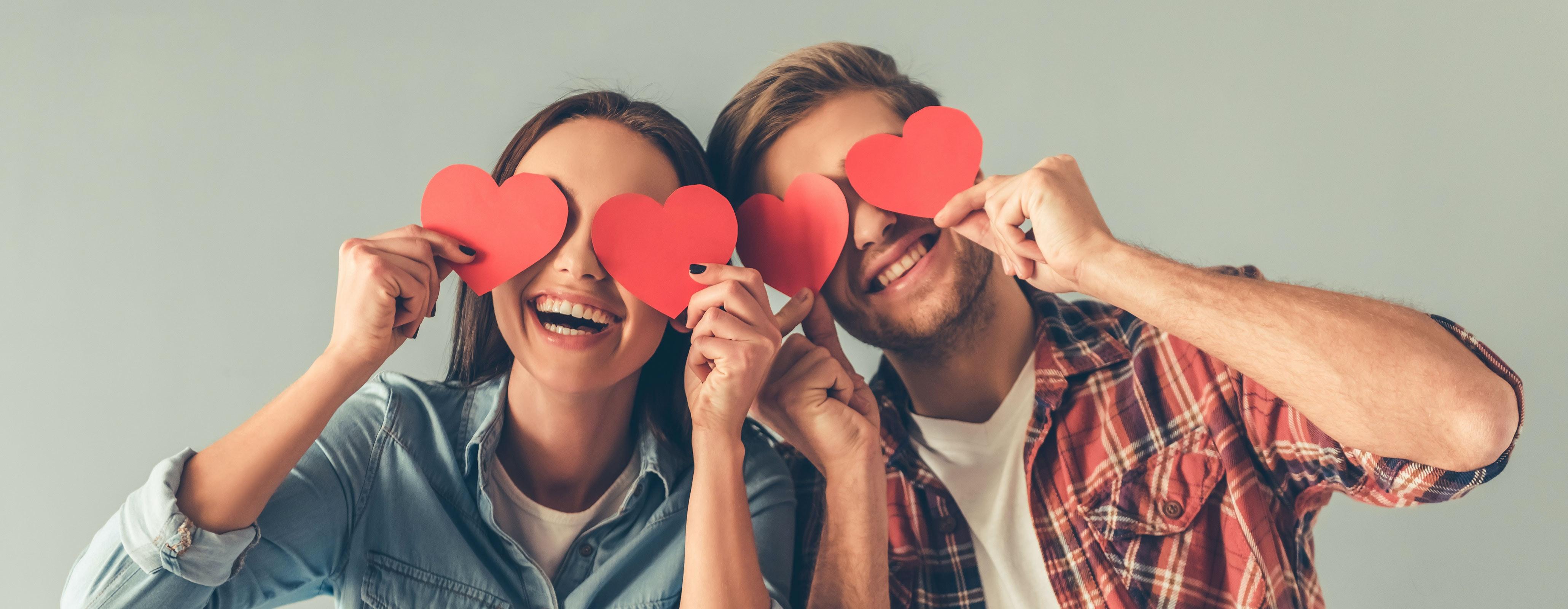 Man en vrouw met hartjes voor ogen