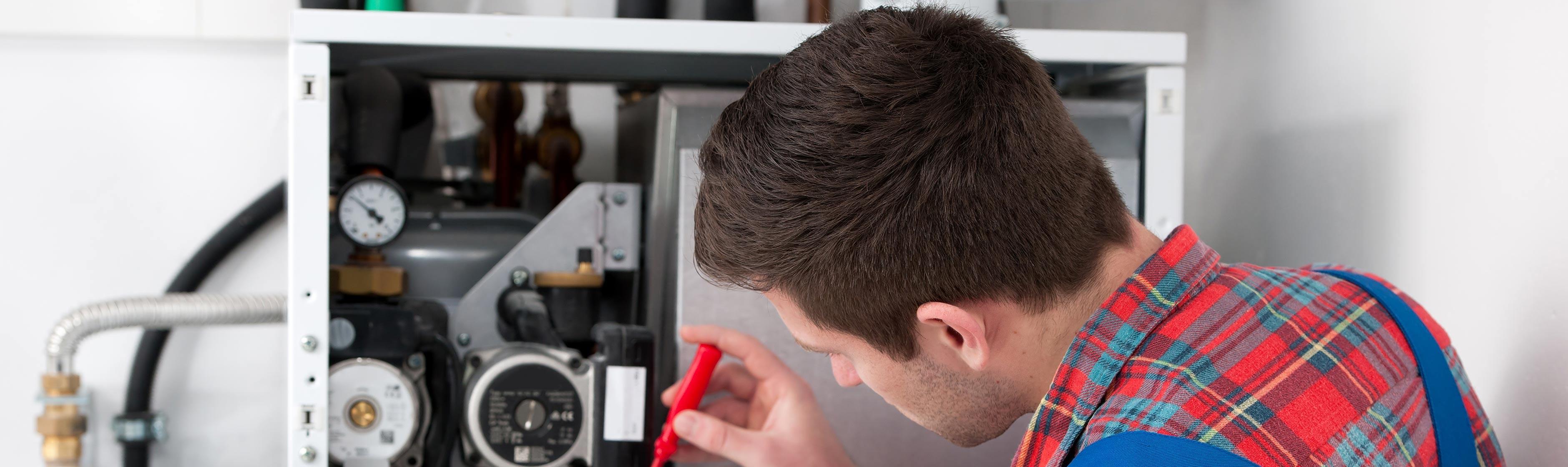 CV-ketelmonteur pleegt onderhoud aan cv-ketel