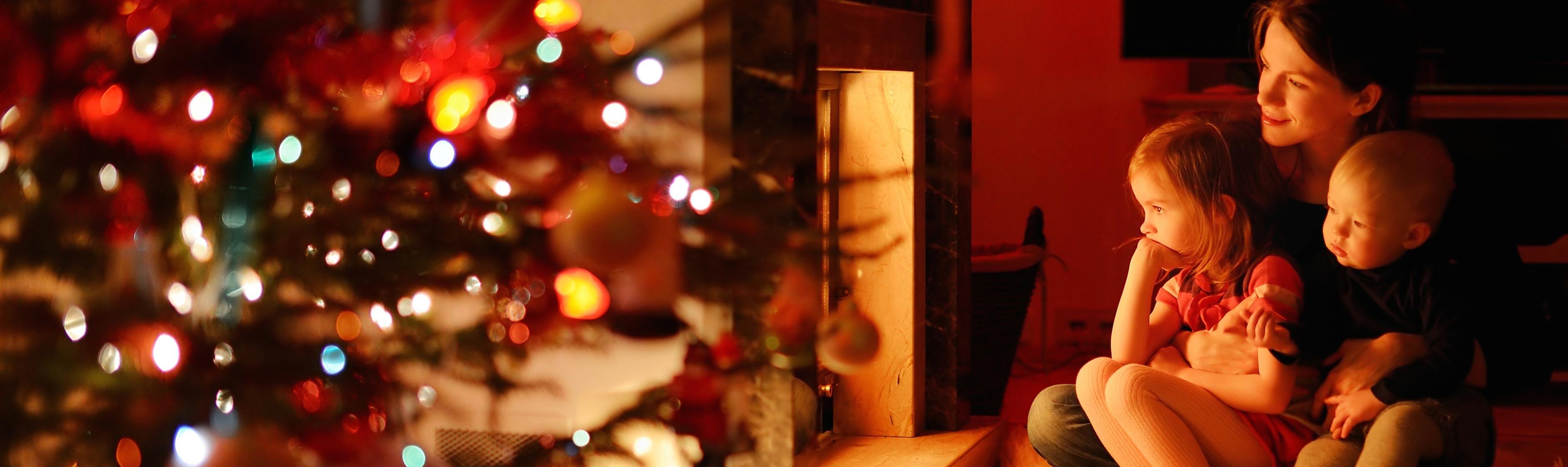 Gezin bij kerstboom
