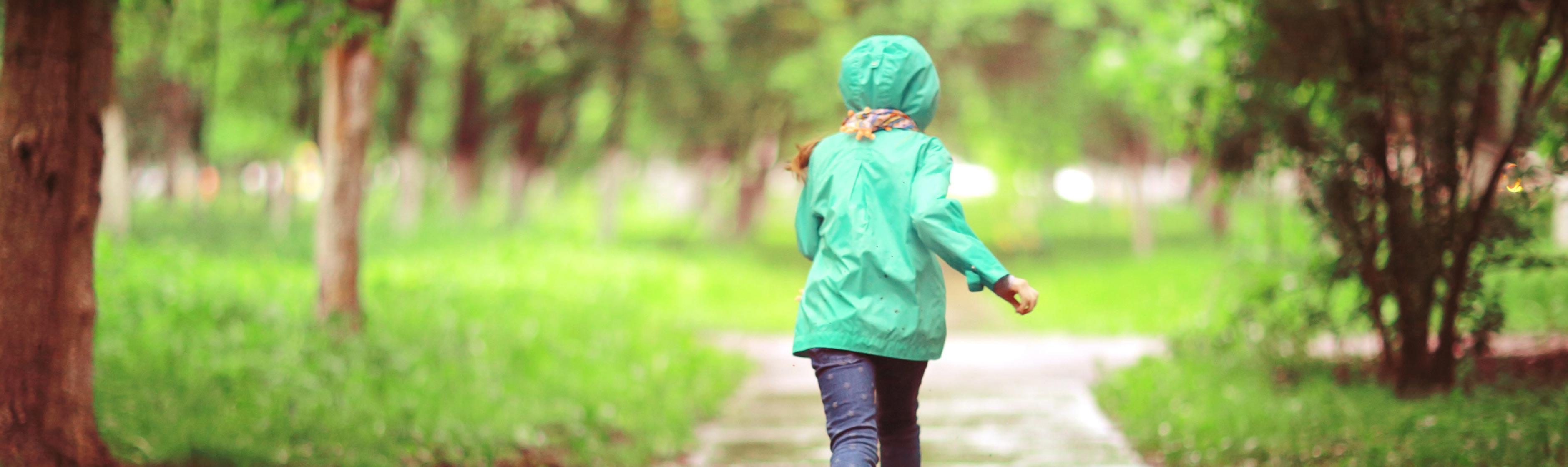 Meisje rent in regen