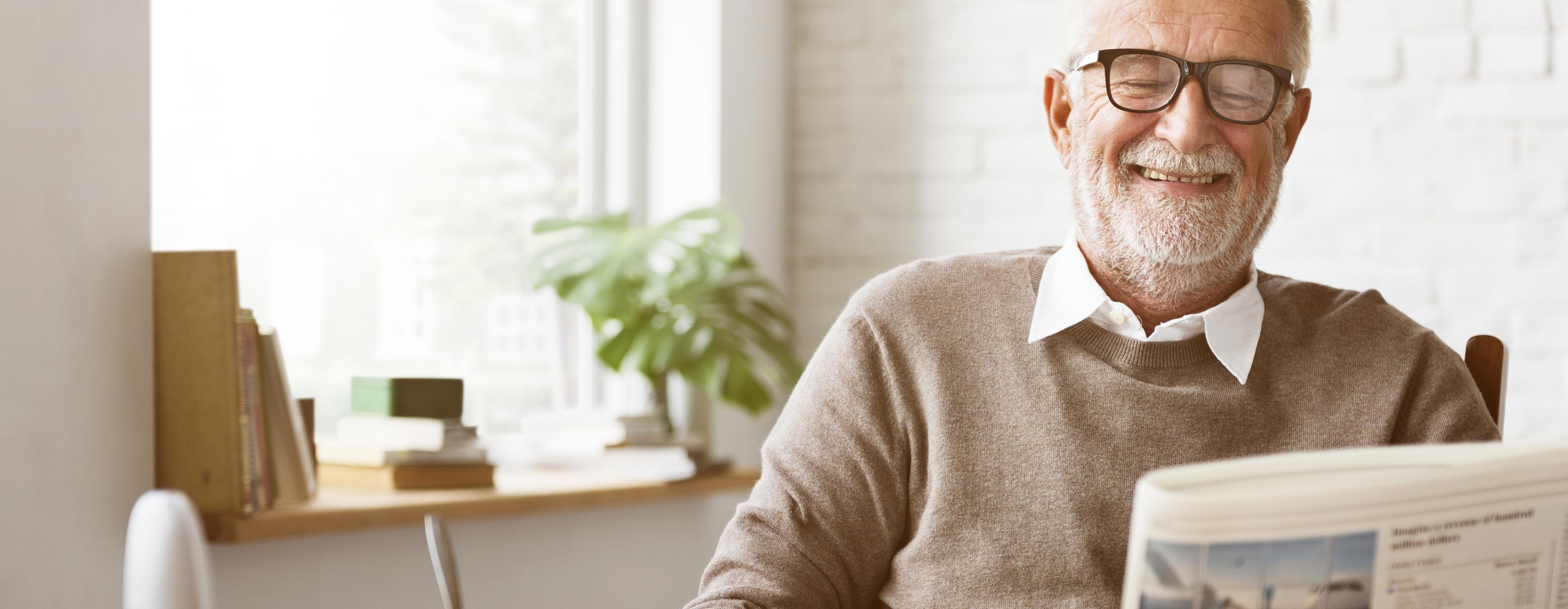 Oudere man met de krant