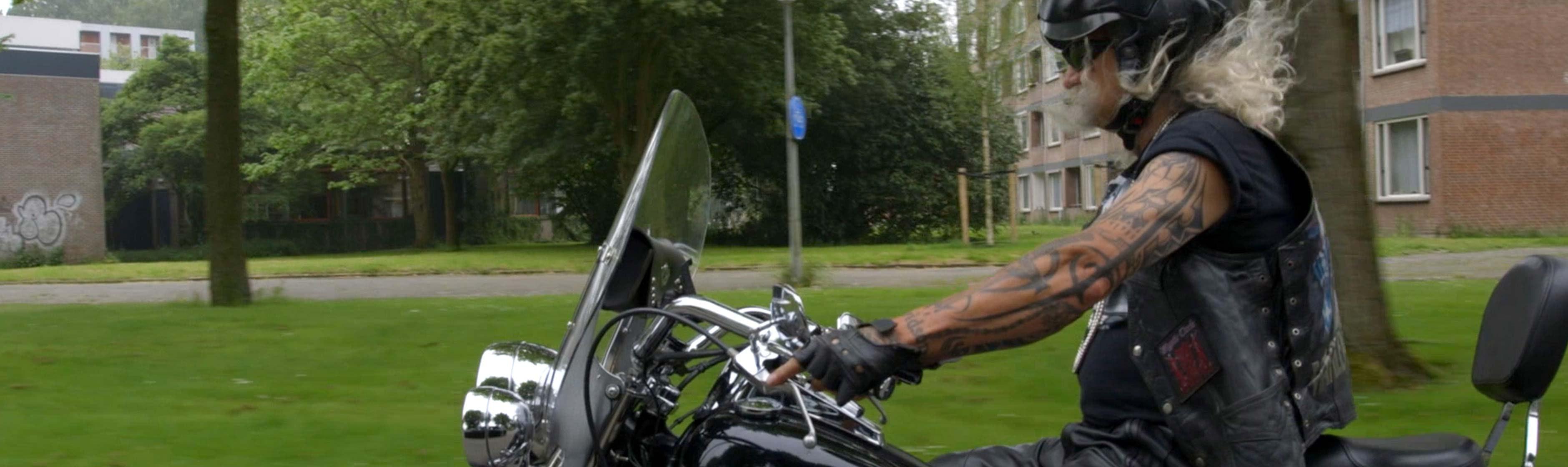 Arie aan het motorrijden
