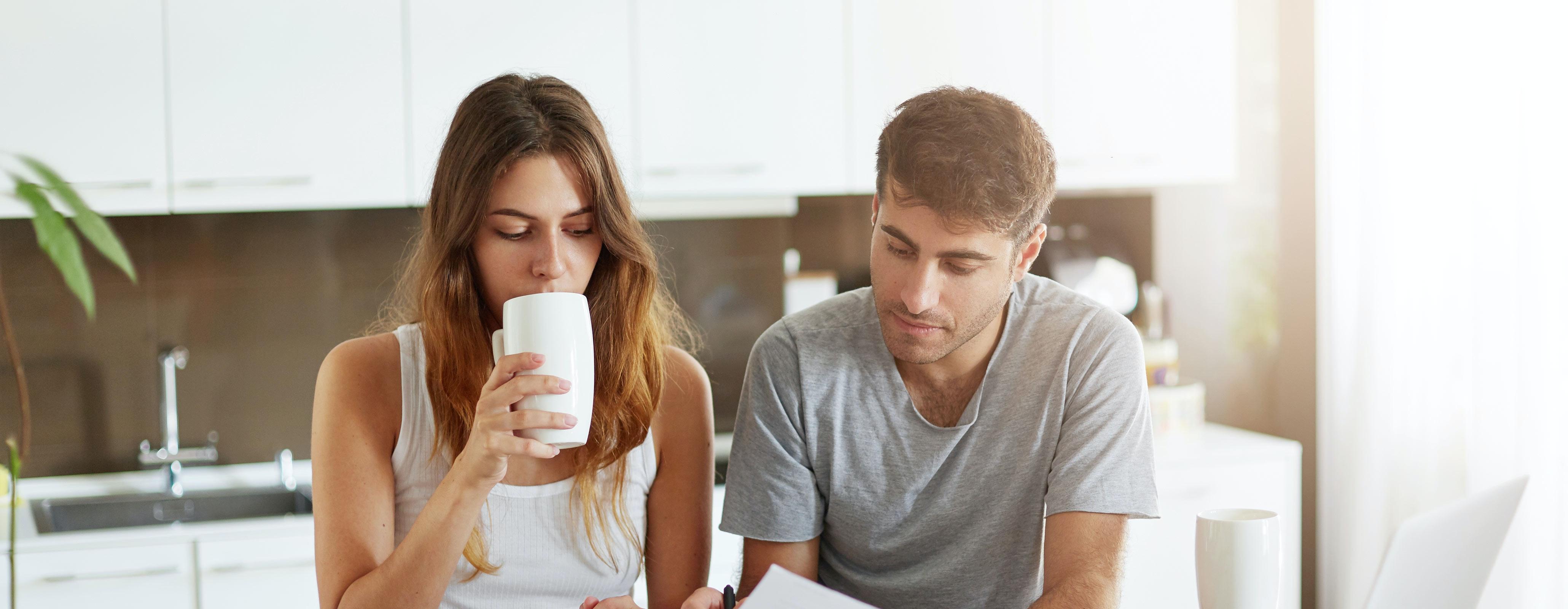 Stel in de keuken checkt hun aflossingsvrije hypotheek