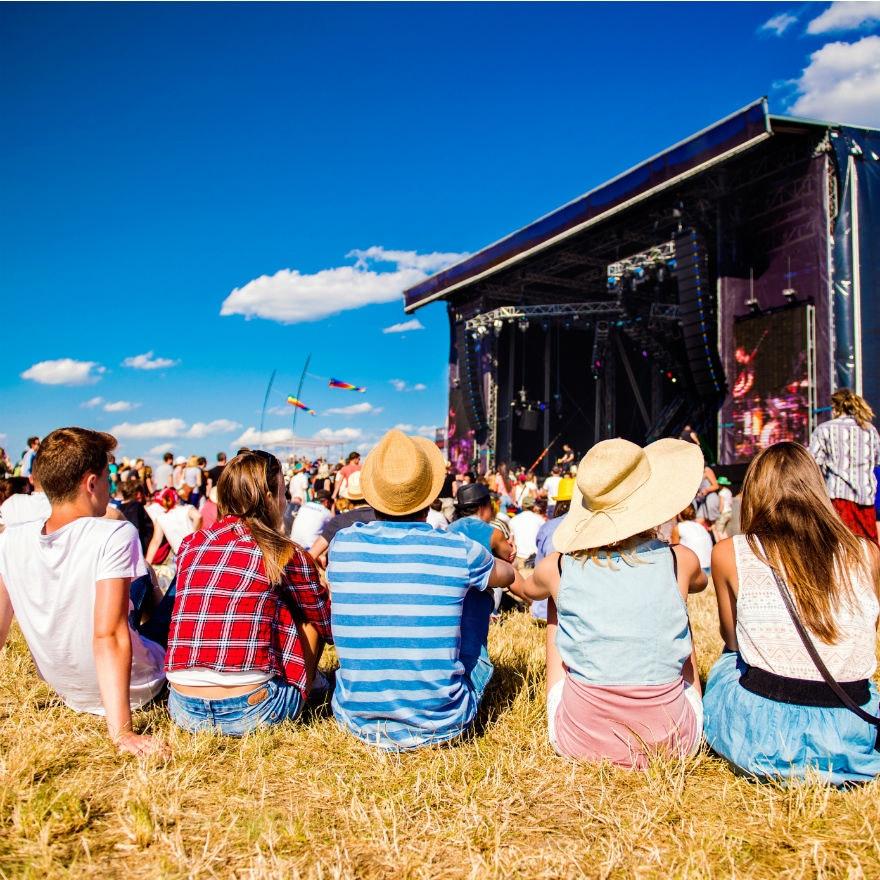 vrienden op een festival