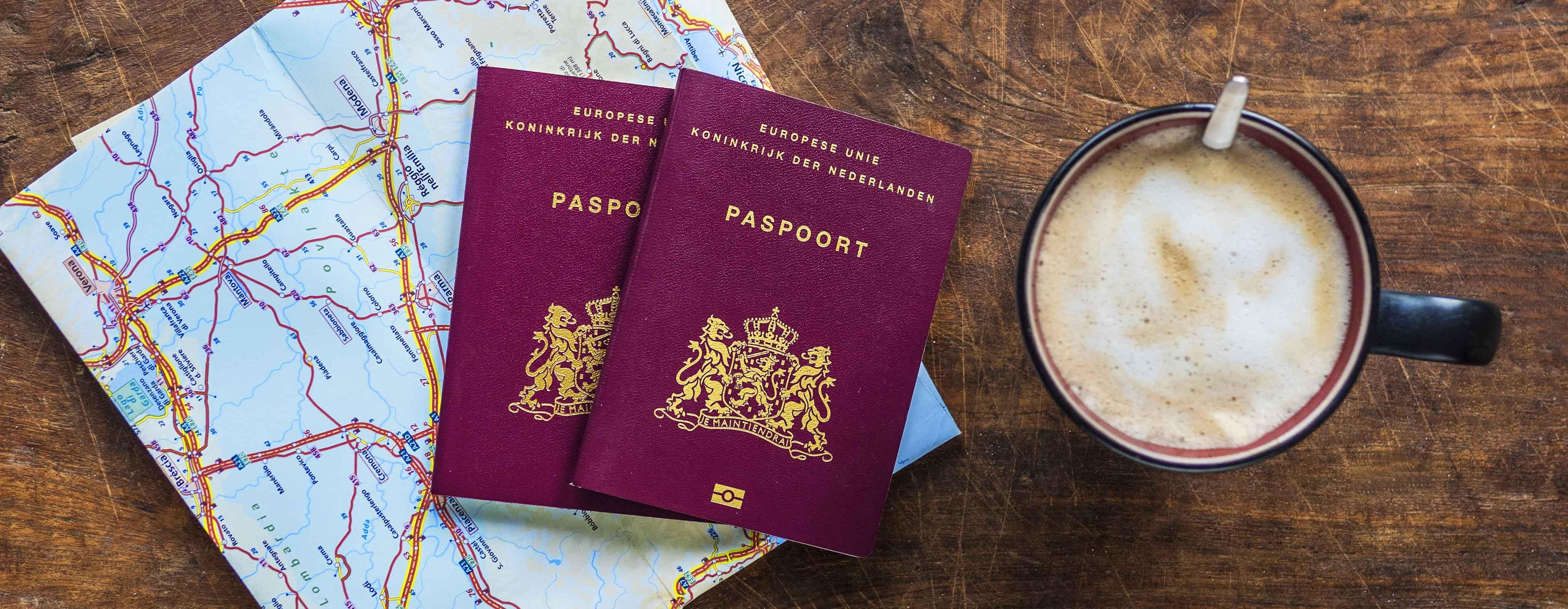 Paspoorten en een kop koffie