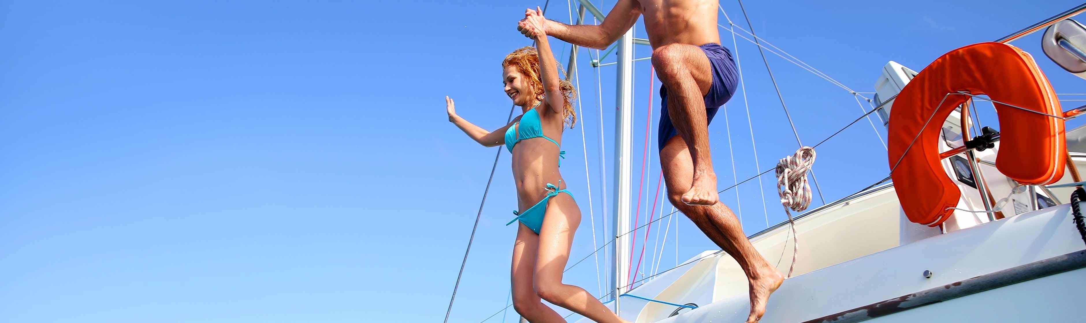 Mensen springen  van boot