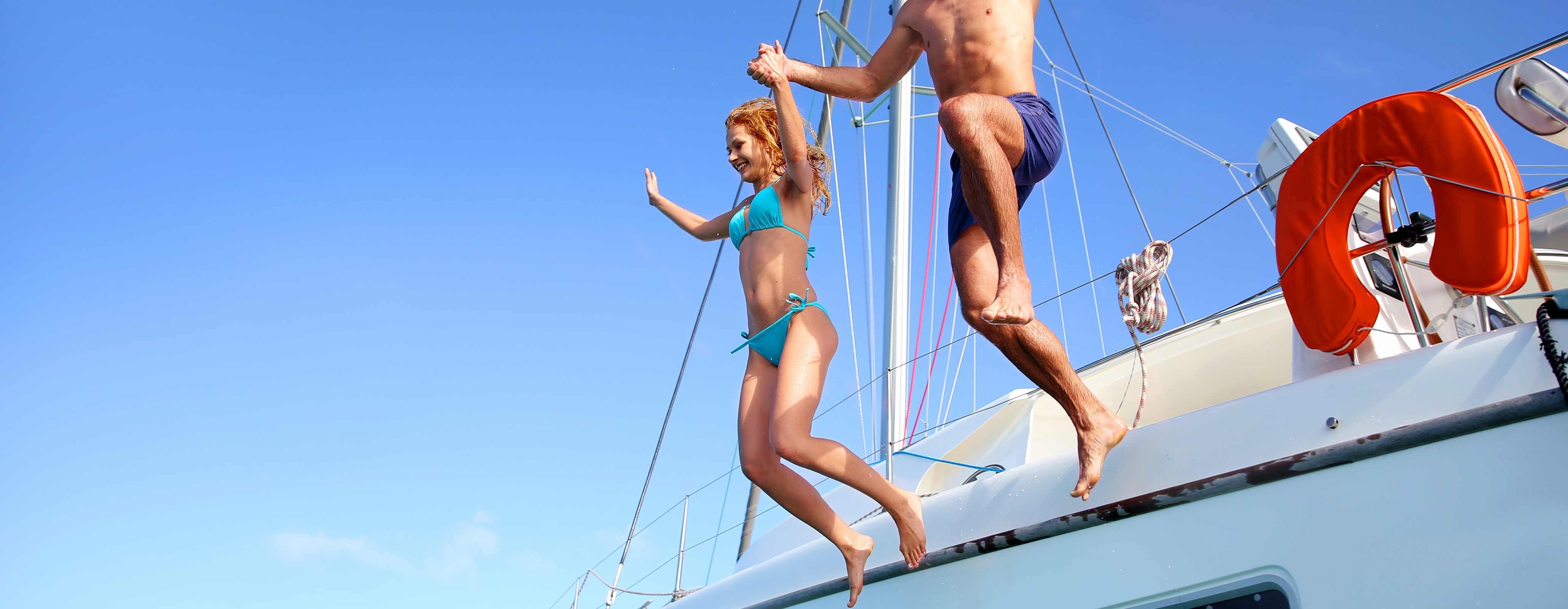 Kinderen springen van boot af