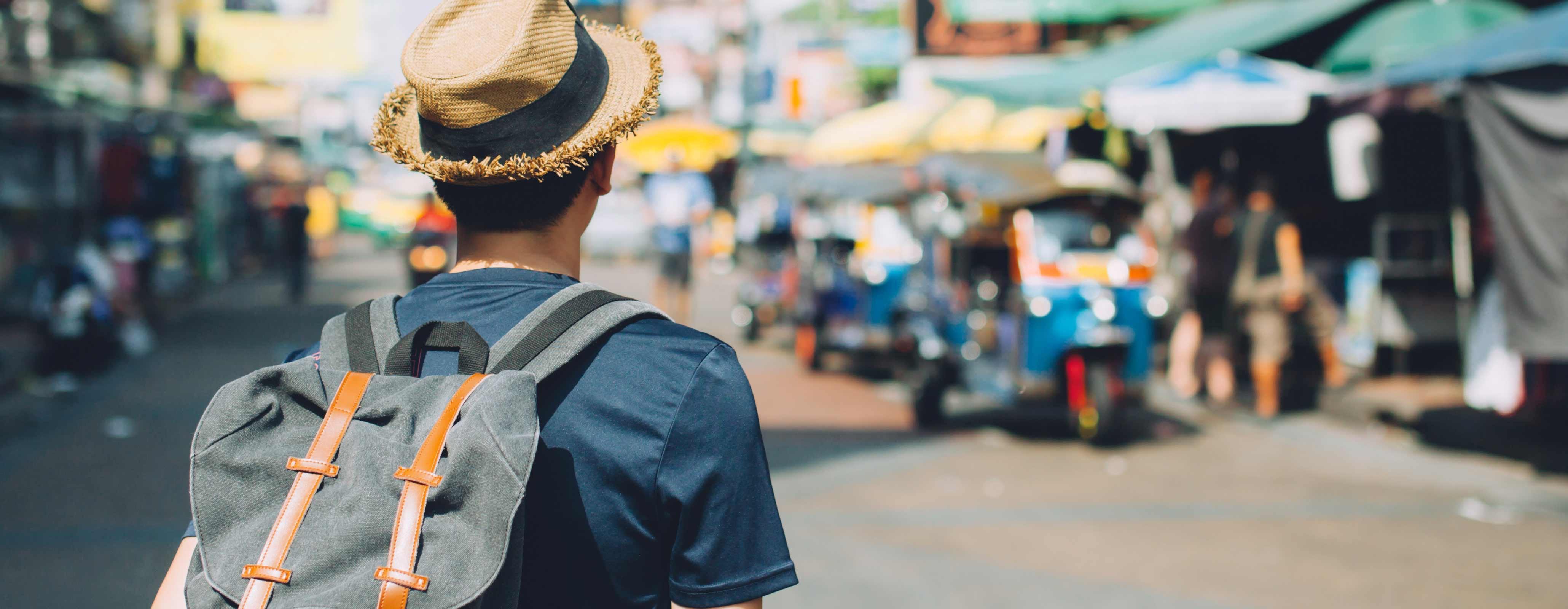 Jonge backpacker in Azië