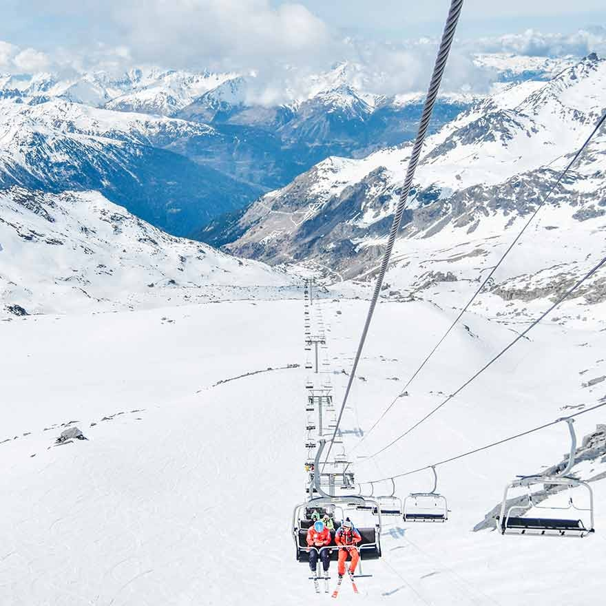 Mensen in skilift
