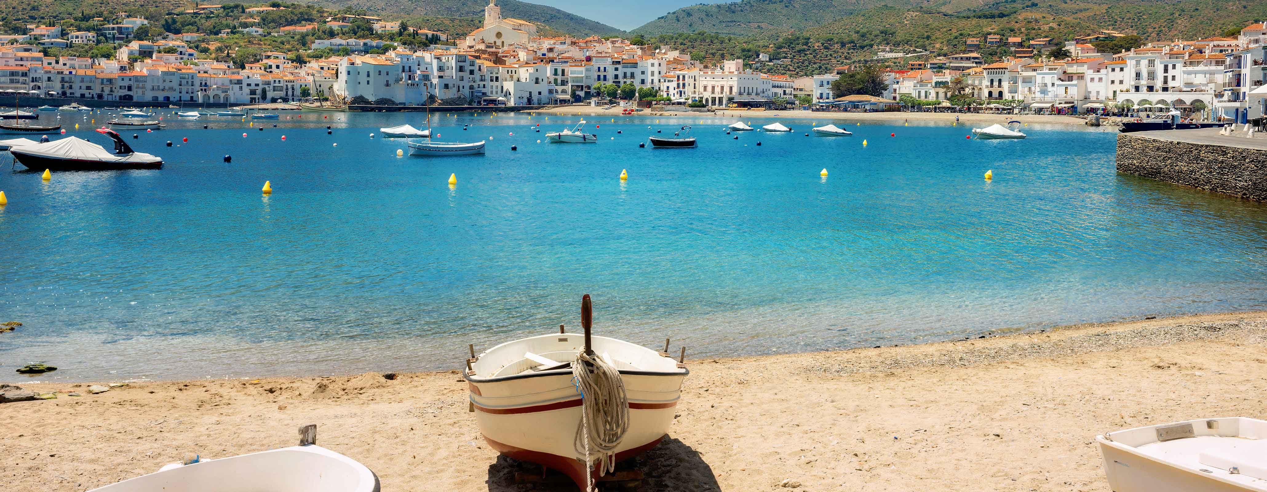 strand met bootjes in nabijgelegen water