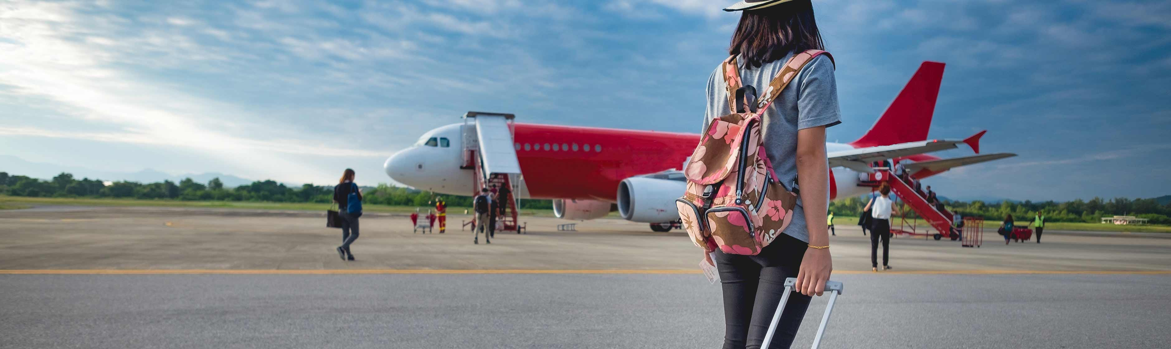 Vrouw met koffer op vliegveld