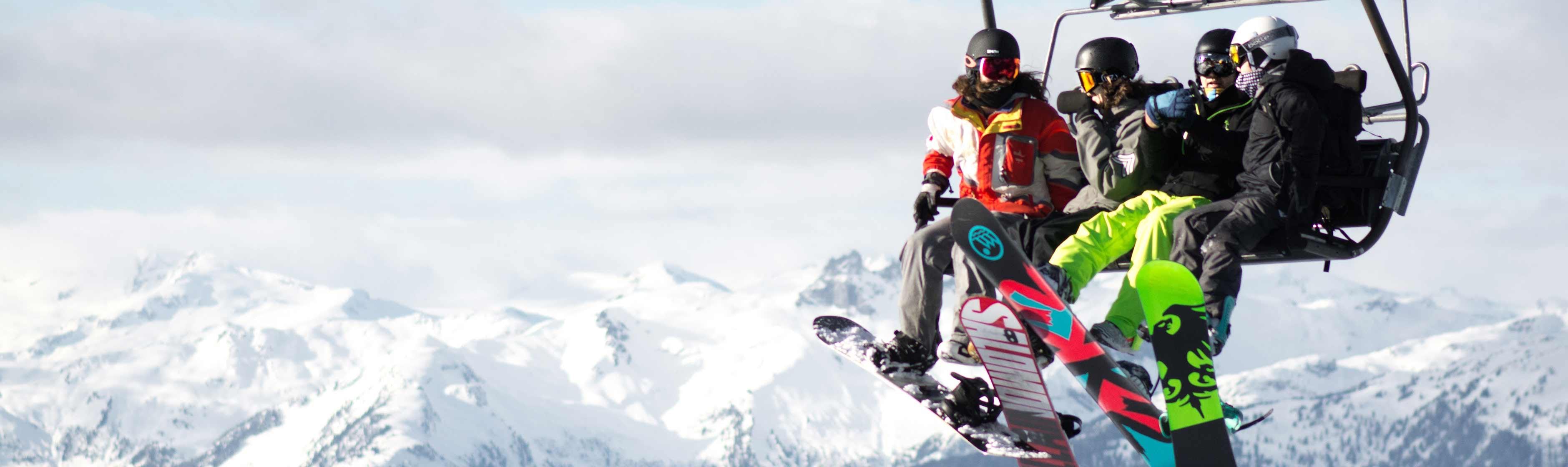 Snowboarders in een skilift