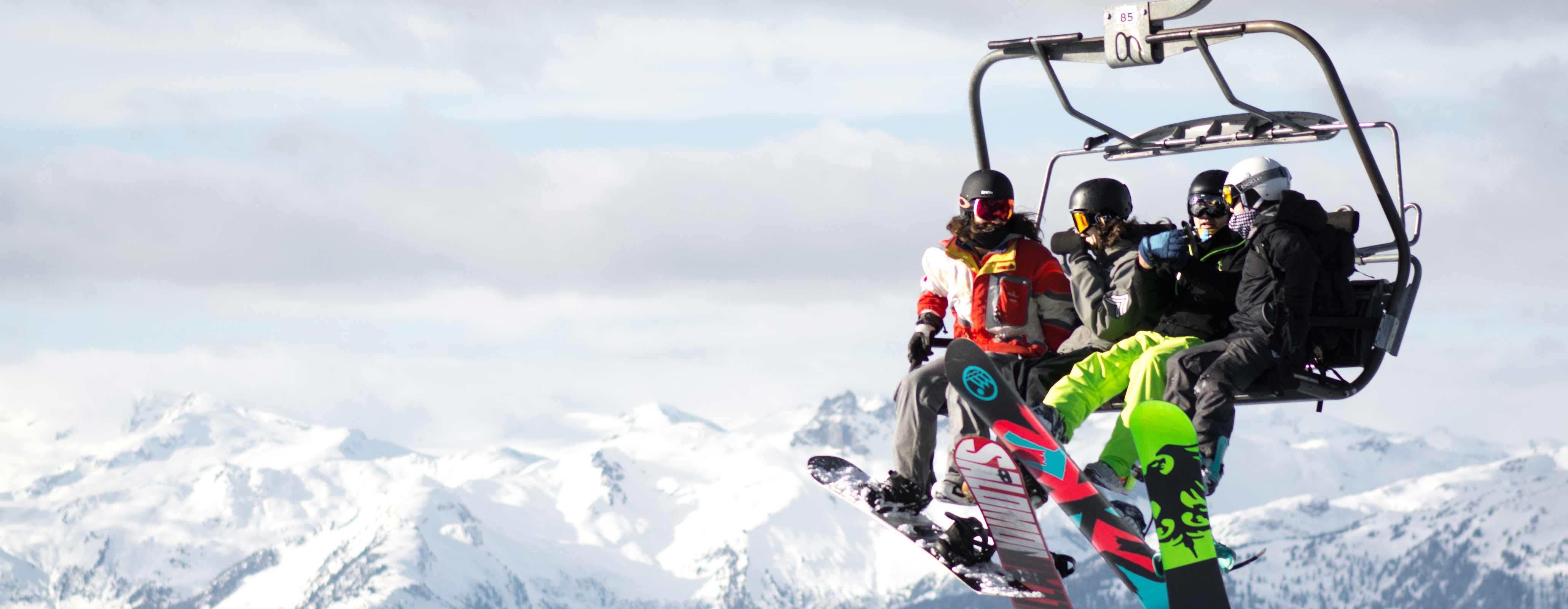 Mensen in de skilift