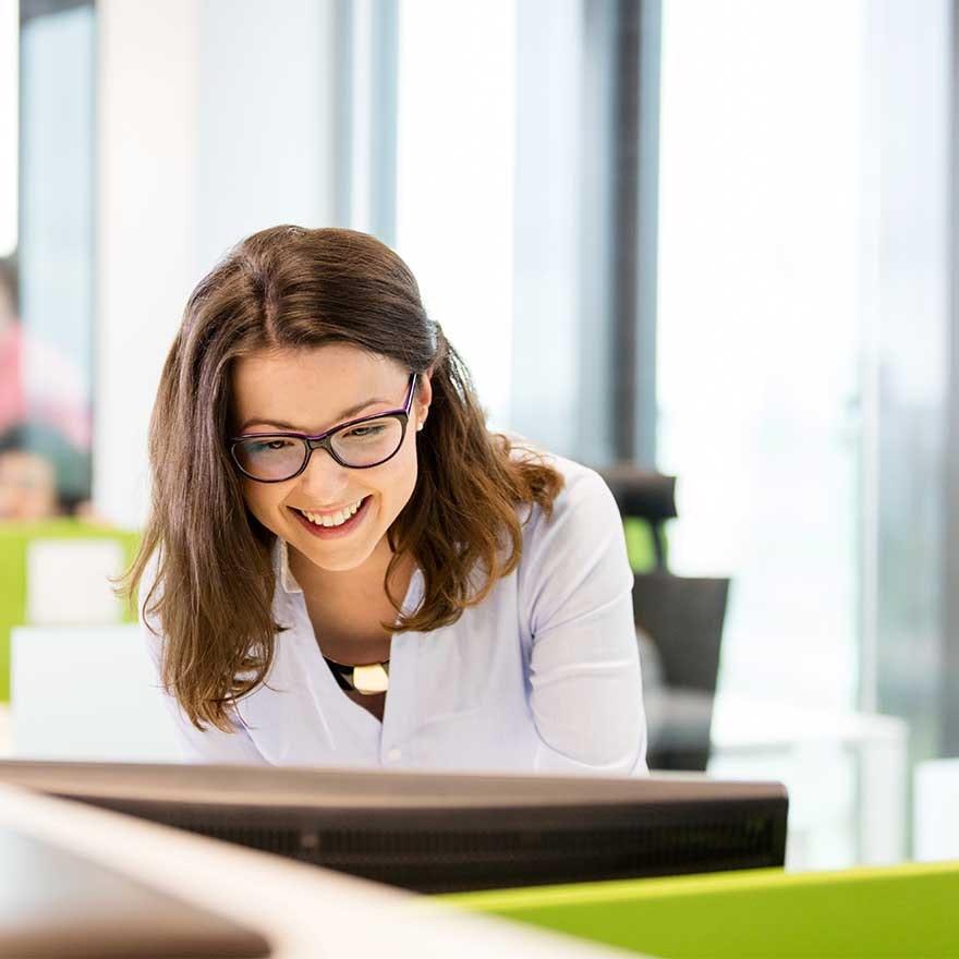 Blije vrouw in kantoor
