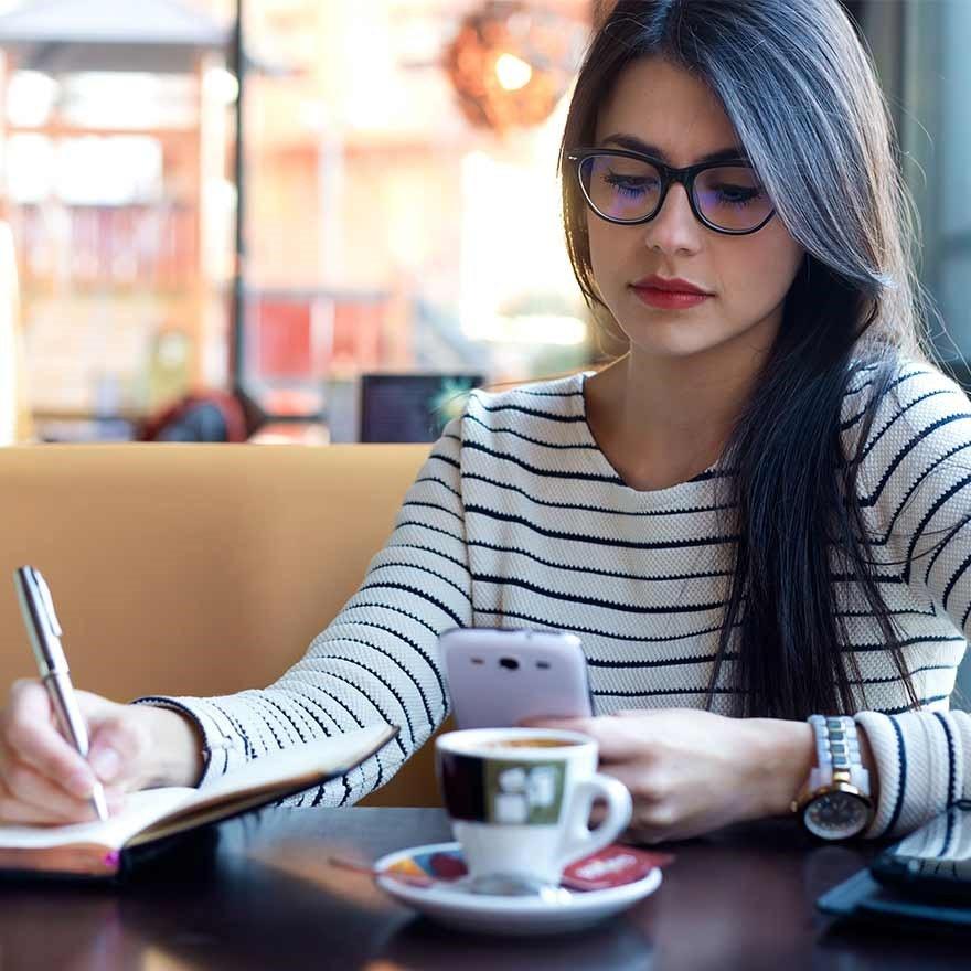 Jonge vrouw met telefoon
