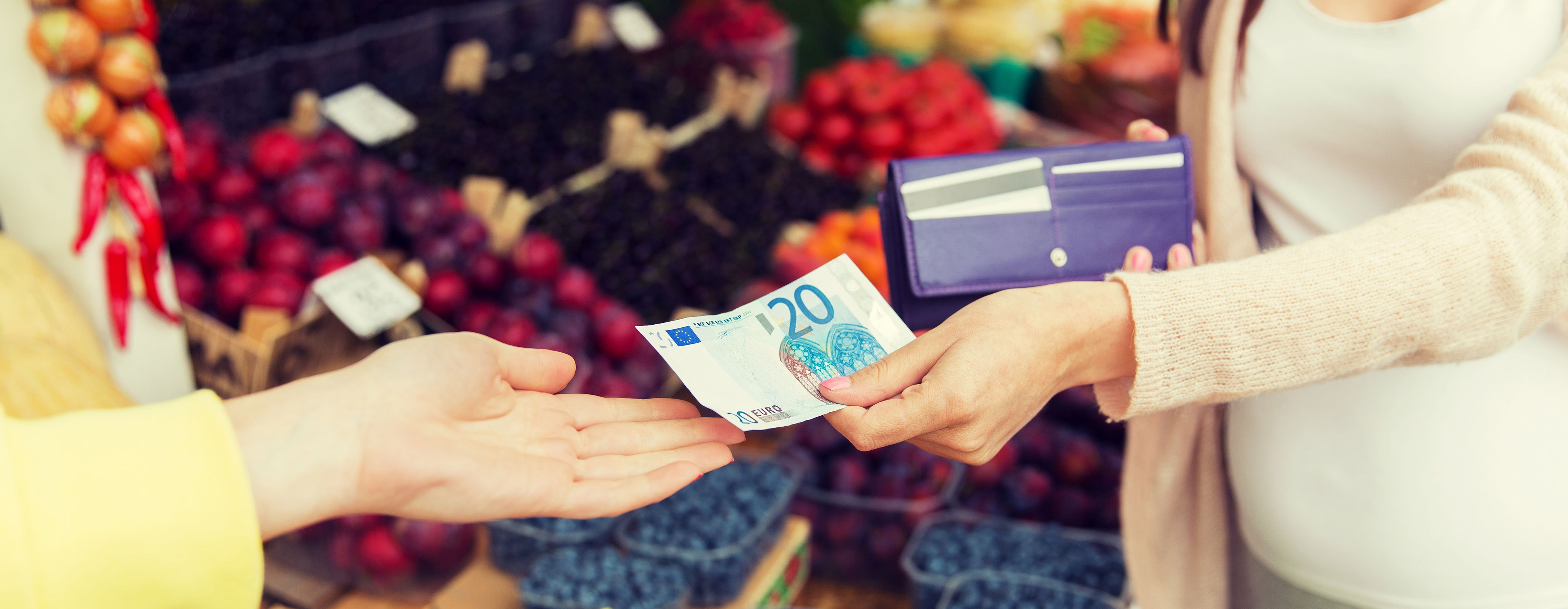 Vrouw betaalt met contant geld