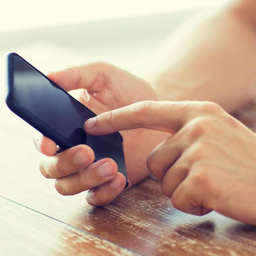 Persoon met mobiel in handen