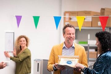 Mannelijke ondernemer viert zijn ISO certificaat | bedrijfscontinuiteit | ondernemerswinkel