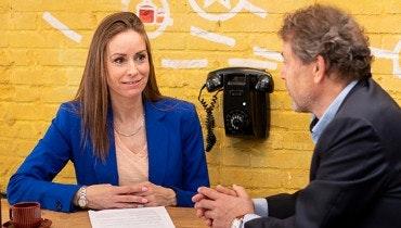 Vrouwelijke jurist controleert contract van mannelijke ondernemer | Ondernemerswinkel