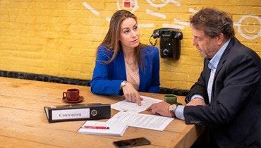 Vrouwelijke jurist controleert het huurcontract van een mannelijke ondernemer | Juridische dienstverlening | Ondernemerswinkel