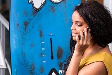 Vrouw belt met incasso-dienst voor de VvE   VvE   Ondernemerswinkel